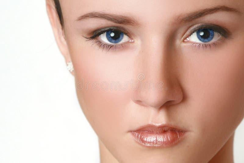 Demi de visage de femme avec des œil bleu photographie stock libre de droits