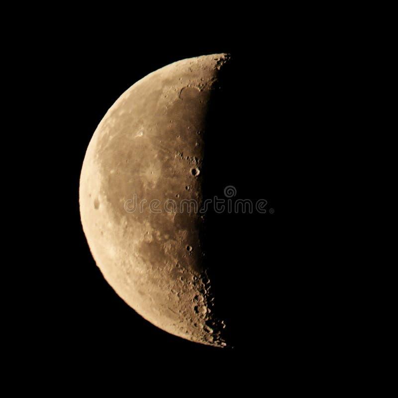 Demi disque de la lune sur un fond noir de ciel d'isolement, allongement carré photos stock
