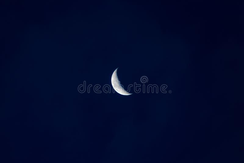 Demi-lune dans le ciel foncé photos libres de droits