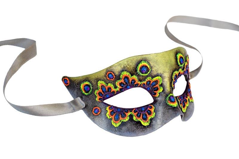 Demi masque de carnaval vénitien multicolore avec le ruban d'isolement sur le fond blanc images libres de droits
