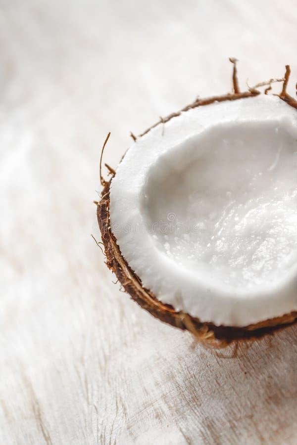 Demi noix de coco sur un fond en bois blanc clair, plan rapproch? Vue sup?rieure photographie stock