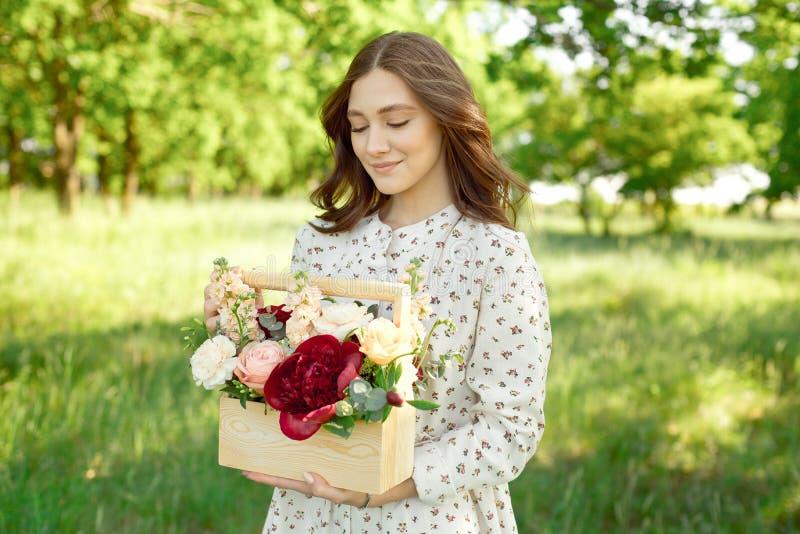 Demi portrait d'une femme positive avec du charme habill?e dans de longues robes blanches d'?t? avec un sourire heureux sur le fo images libres de droits