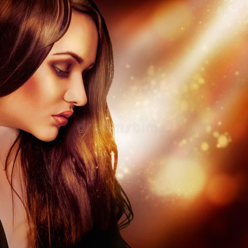 Demi portrait de visage de brune à la mode dans le studio image stock