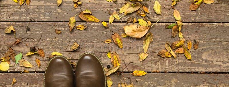 Demi-seizoen schoenen op de herfst houten uitstekende achtergrond royalty-vrije stock afbeelding