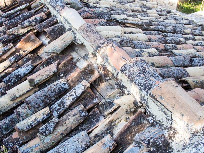 Demi toit de tuile de terre cuite de tuyau photo libre de droits
