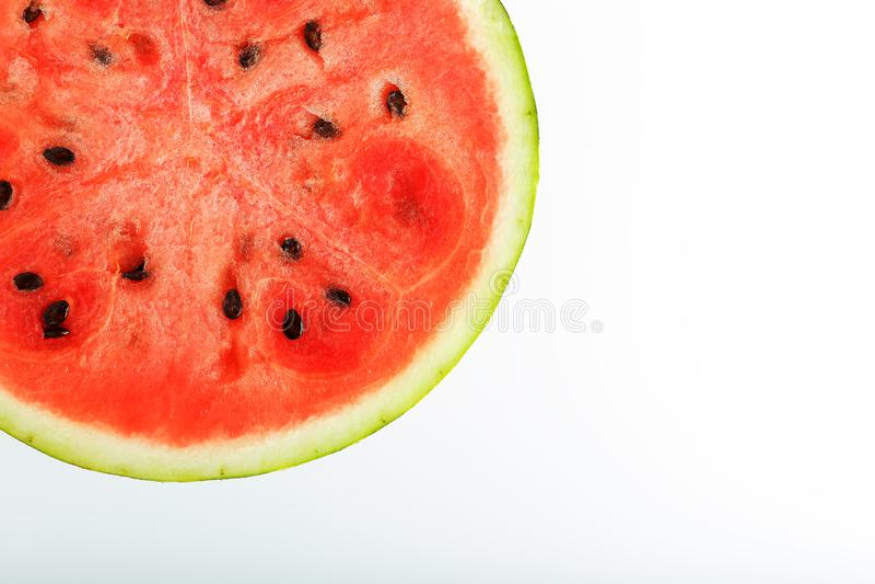 Demi tranches de la pastèque rouge savoureuse et mûre sur un fond blanc, texture d'isolement de pulpe juteuse du rouge mûr photos stock