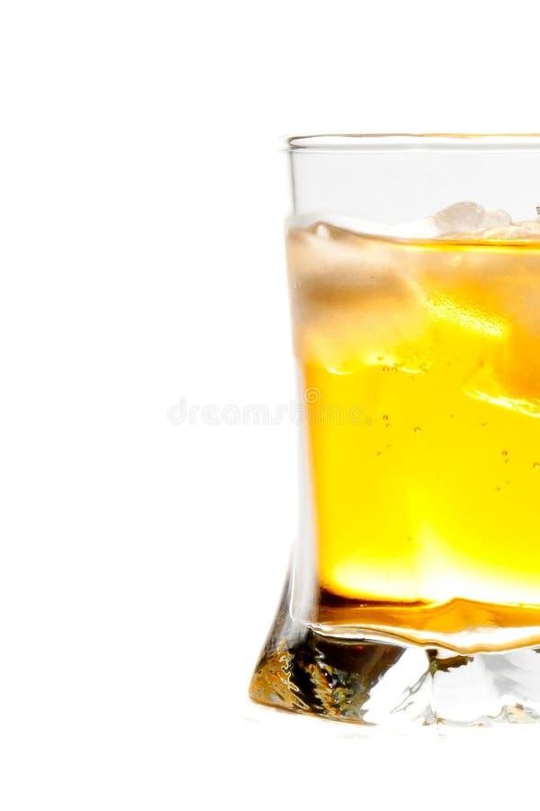 Demi verre de boisson fraîche avec de la glace photos libres de droits