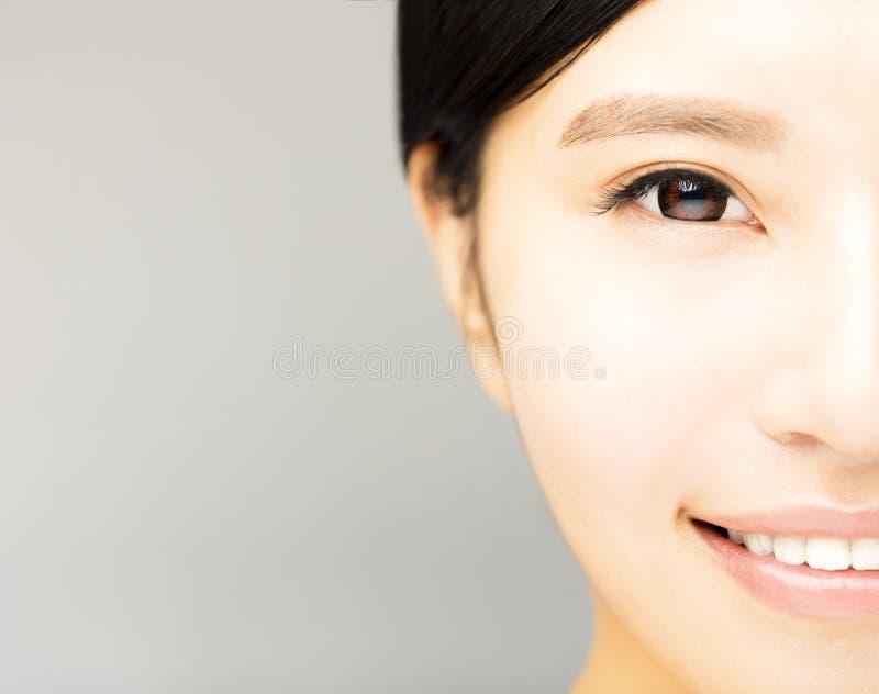 Demi visage de jeune belle femme image libre de droits