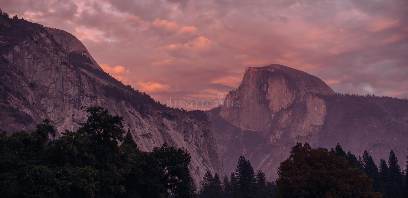 Demi vue de dôme et de tunnel en vallée de Yosemite image libre de droits