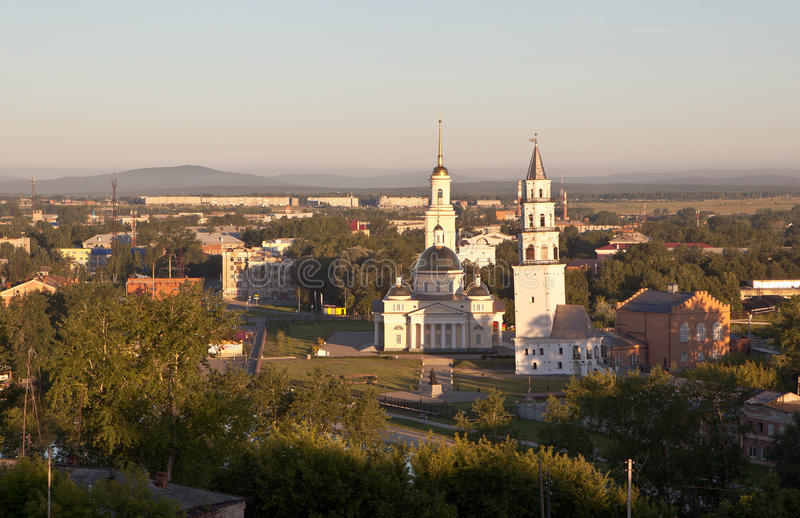 Demidov倾斜了塔和救主大教堂的变貌 Nevyansk 俄国 库存照片