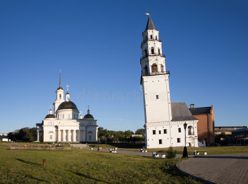 Demidov倾斜了塔和救主大教堂的变貌 Nevyansk 俄国 库存图片