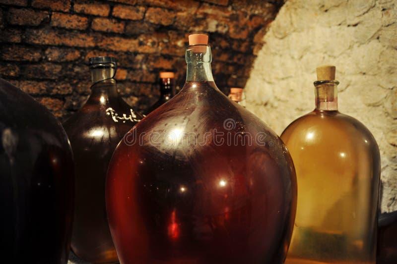Demijohns im Weinkeller stockfotografie
