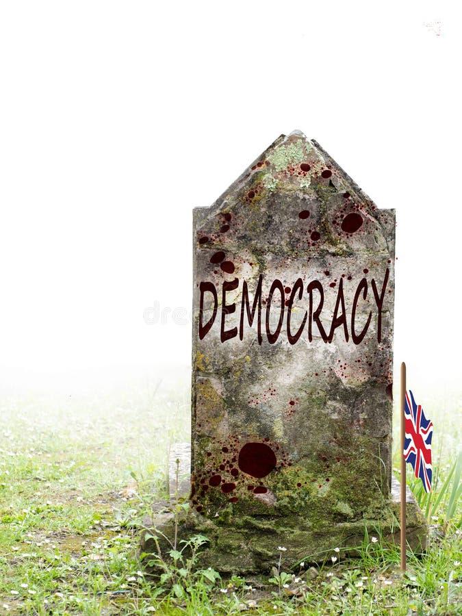 A democracia é política inoperante, BRITÂNICA do referendo da UE Lápide antiga na névoa, com sangue e a bandeira enlameado de Uni imagem de stock