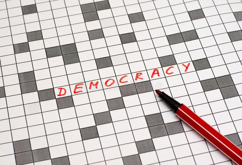 democracia Texto en crucigrama Cartas rojas fotos de archivo libres de regalías