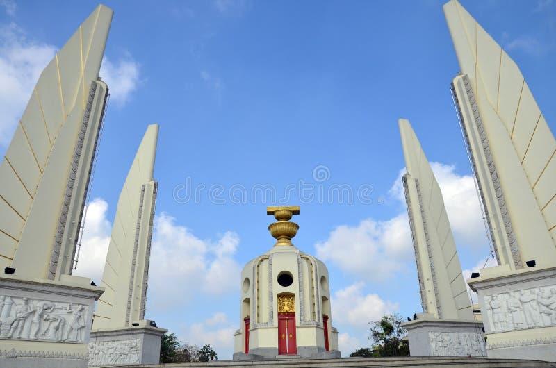 Democratie van Monument en vier vleugel-als structuren dat de Grondwet bewaken, die de vier takken van bewapend Thais vertegenwoo royalty-vrije stock foto