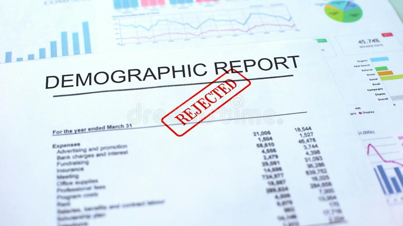 Demograficzny raport odrzucający, foka stemplował na urzędowym dokumencie, biznesowy projekt fotografia royalty free