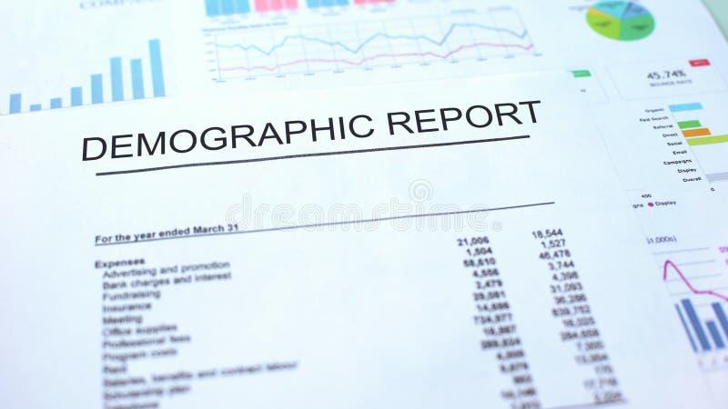 Demograficzny raportowy lying on the beach na stole, wykres mapach i diagramach, urzędowy dokument obrazy stock