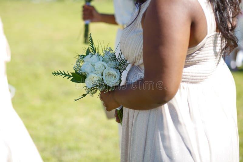 Demoiselle d'honneur avec les roses blanches photos stock