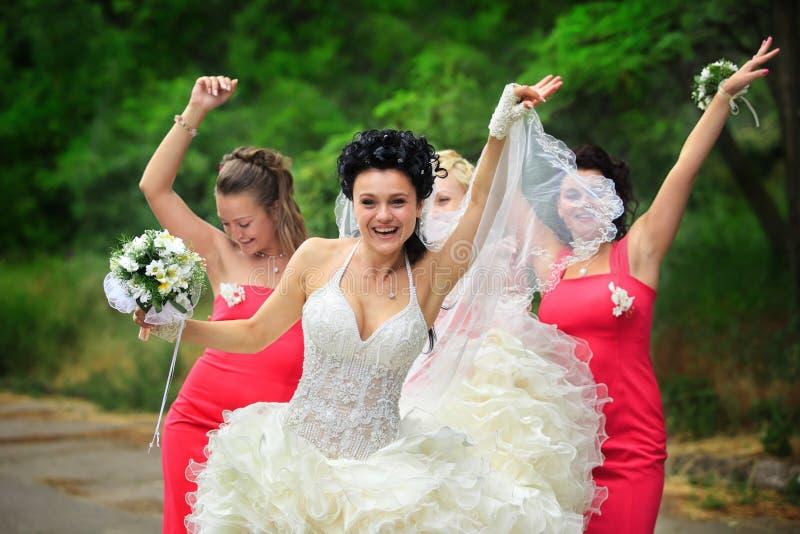 Demoiselles d'honneur avec la mariée photographie stock libre de droits