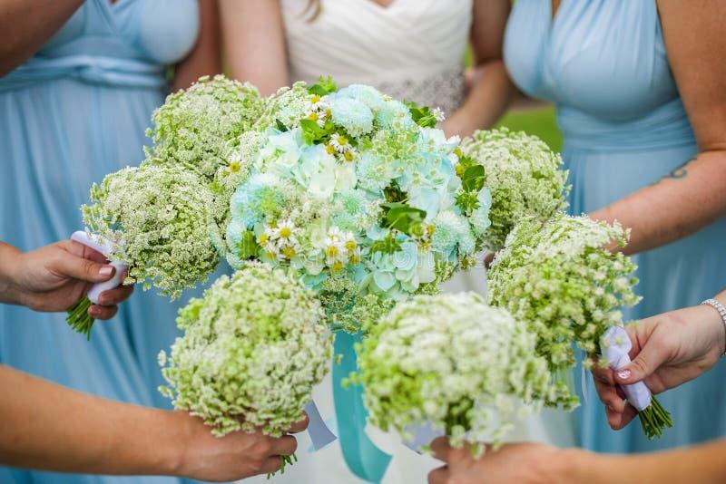 Demoiselles d'honneur retenant des fleurs photo stock