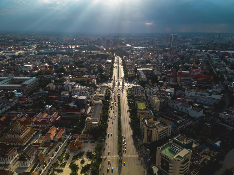 Demokracja zabytek przy mrocznym czasem przy Bangkok miastem zdjęcia royalty free