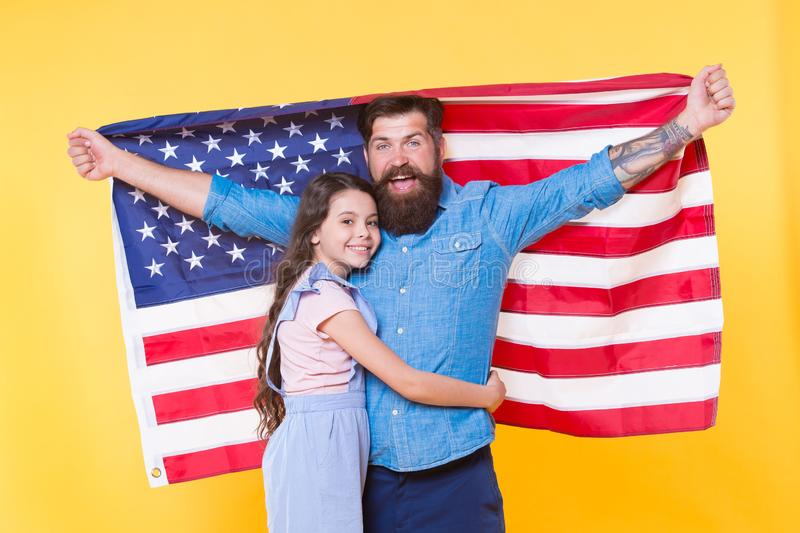 Demokrati garanterar frihet Stöttande demokrati för lycklig familj och folksuveränitet Lycklig hipster och liten flicka arkivbild