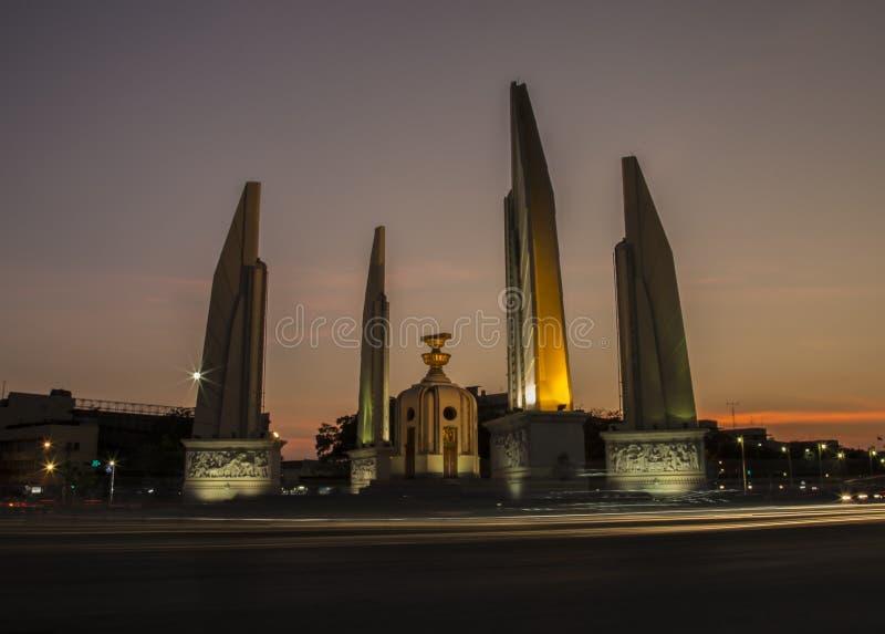 Demokratie-Monument auf Dämmerungshimmel stockfotos