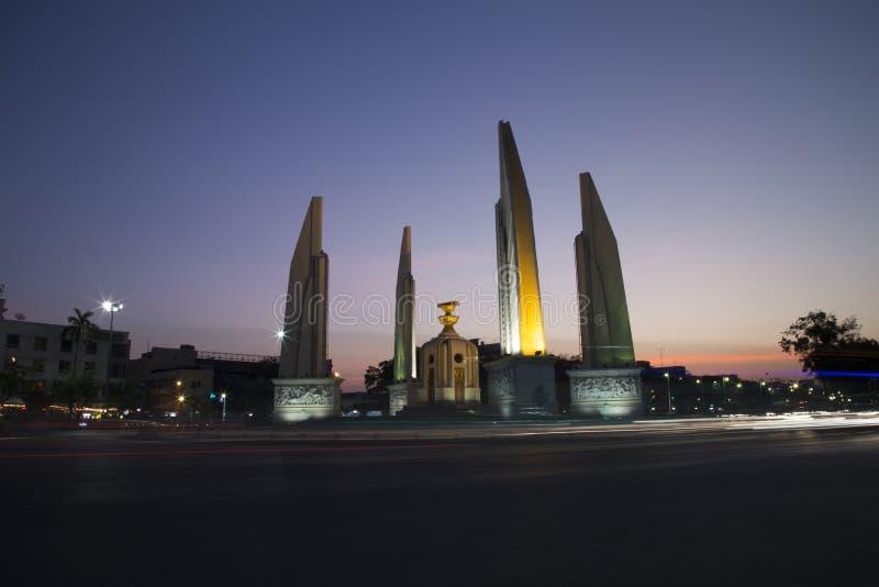 Demokratie-Monument auf Dämmerungshimmel stockfotografie