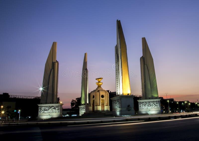 Demokratie-Monument auf Dämmerungshimmel stockfoto