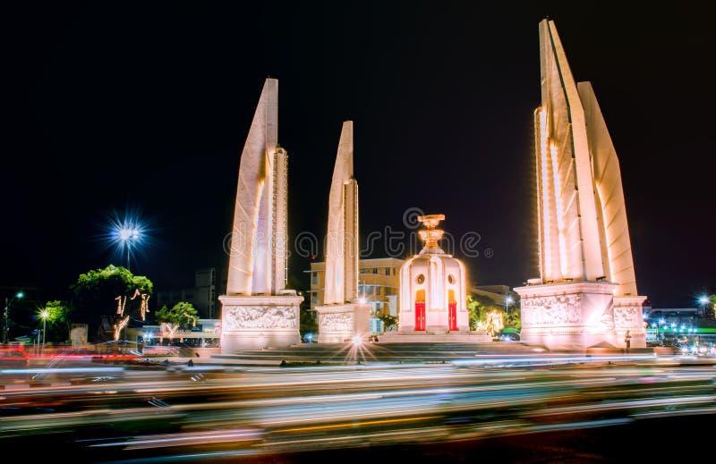 Demokratimonumentet på nattetid på Bangkok, Thailand royaltyfria foton