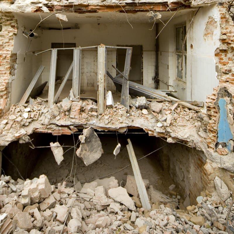 Demolerad hus och spillror royaltyfria bilder