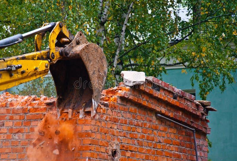 Demolição da construção com máquina escavadora hidráulica imagens de stock royalty free