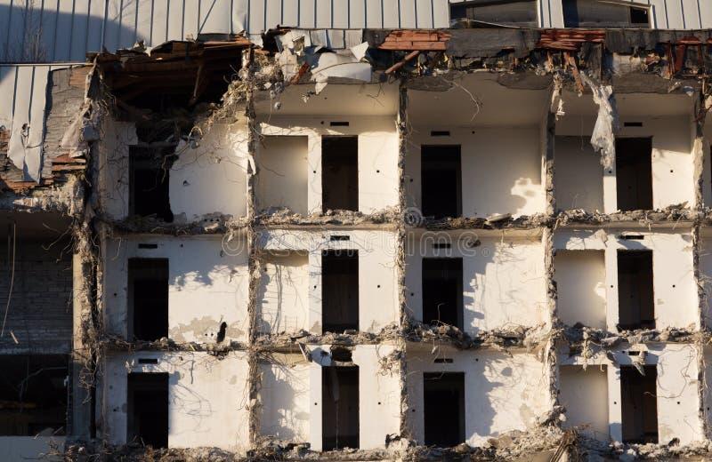 Demolição de um edifício destruição em um quarto urbano residencial imagem de stock