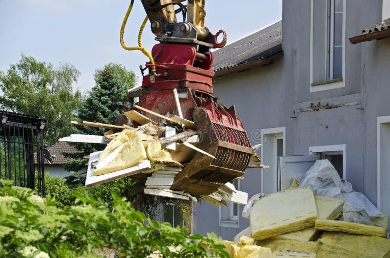 Demolição de uma casa residencial imagens de stock