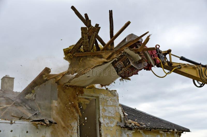 Demolição de uma casa residencial foto de stock royalty free