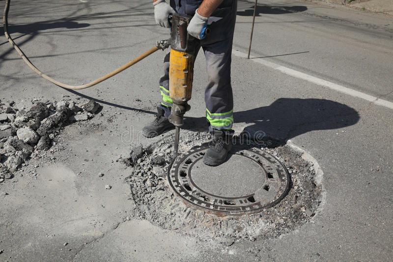 Demolição, trabalhador e jackhammer do asfalto imagem de stock royalty free
