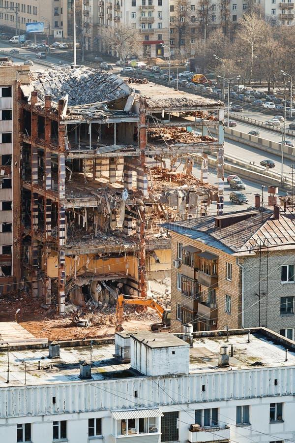Demolición de la casa vieja en la calle urbana fotografía de archivo