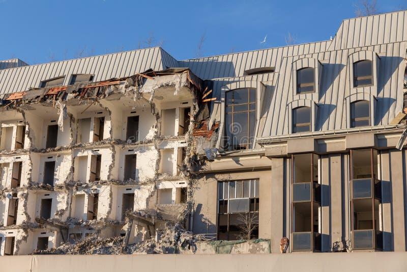 Demolición de un edificio destrucción en un cuarto urbano residencial fotografía de archivo
