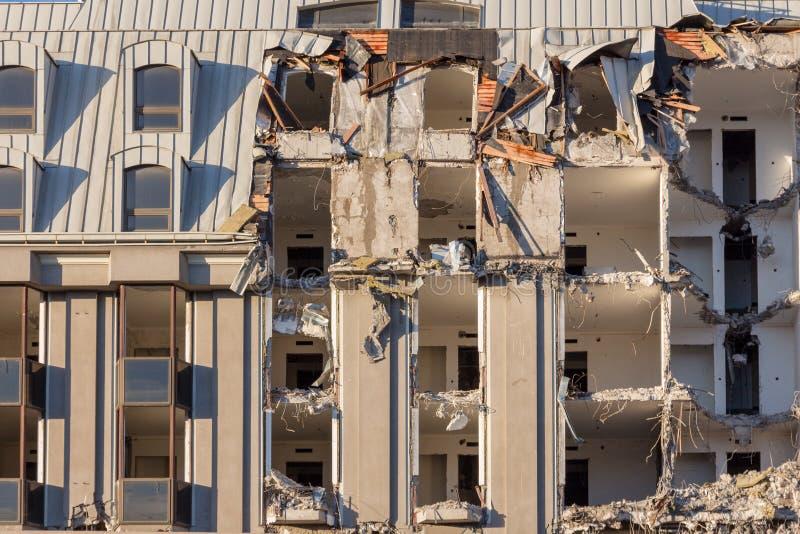 Demolición de un edificio destrucción en un cuarto urbano residencial imagen de archivo