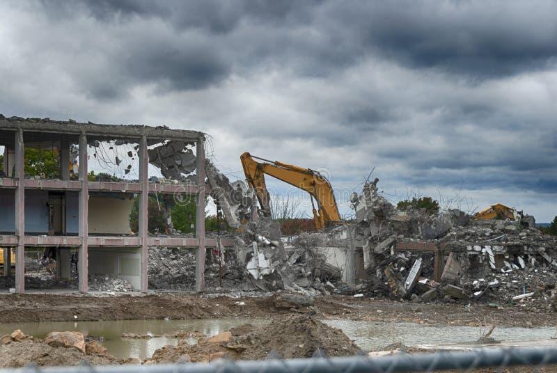 Demolición de un viejo edificio bajo cielos nublados y tormentosos fotografía de archivo