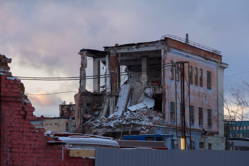 Demolición de una casa vieja del ladrillo fotos de archivo