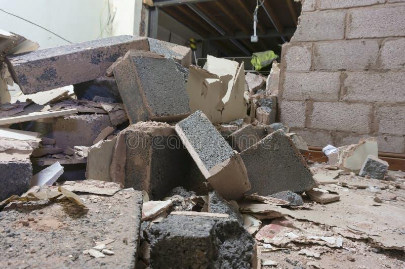 Demolierte Brisenblockinnenwand innerhalb einer Fabrik Teil eines Rekonstruktionsprojektes lizenzfreies stockfoto