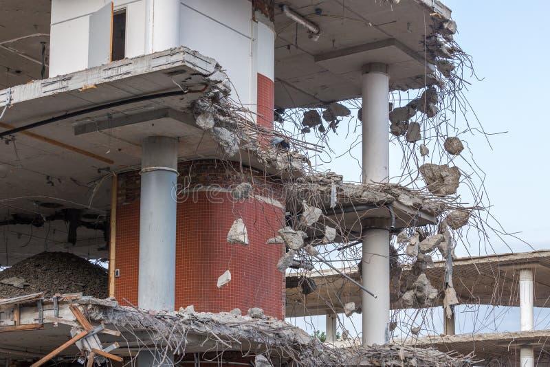Demolierung eines konkreten Gebäudes stockfotos