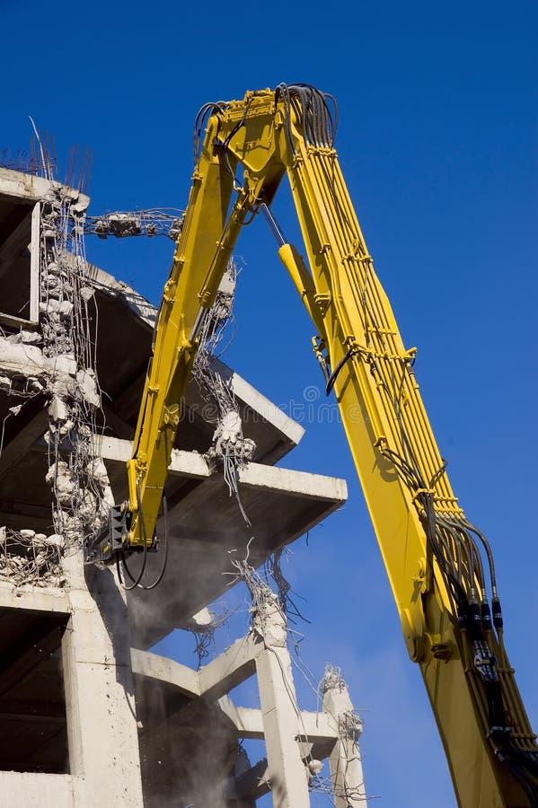Demolierung mit Exkavatoren stockfotografie