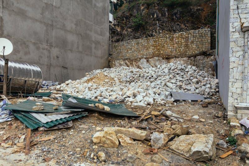 Demolisca il cantiere con il tetto schiacciato a territorio comunale nel PA del Sa, Vietnam del calcestruzzo, della pietra e dell fotografia stock libera da diritti