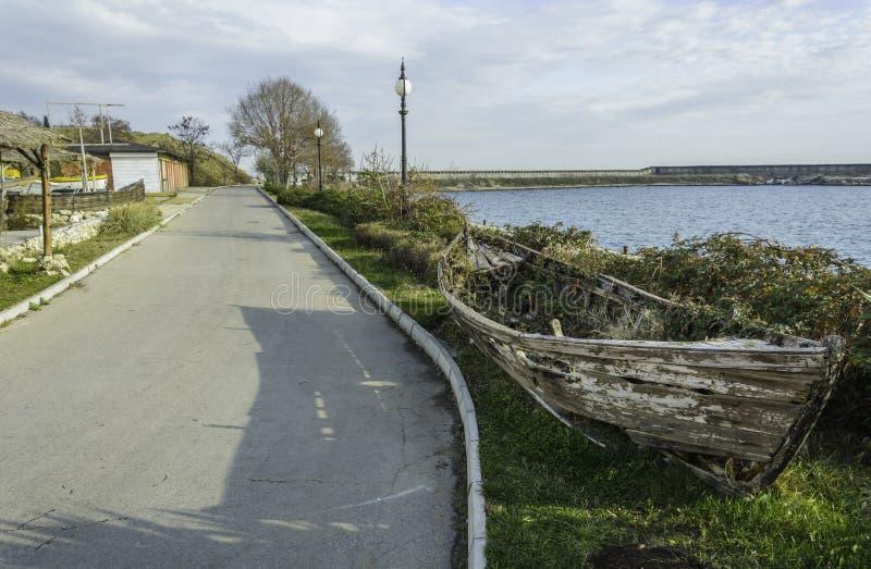 Demolisca la barca nel lato della strada fotografie stock
