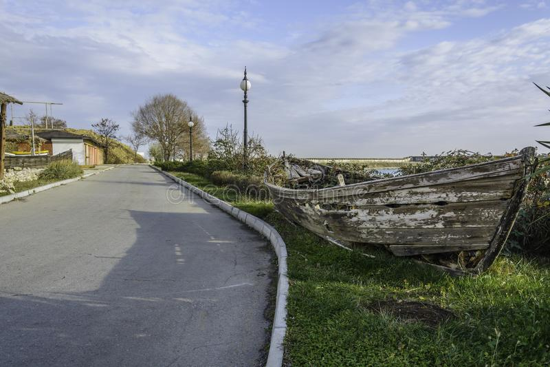 Demolisca la barca nel lato della strada immagine stock libera da diritti