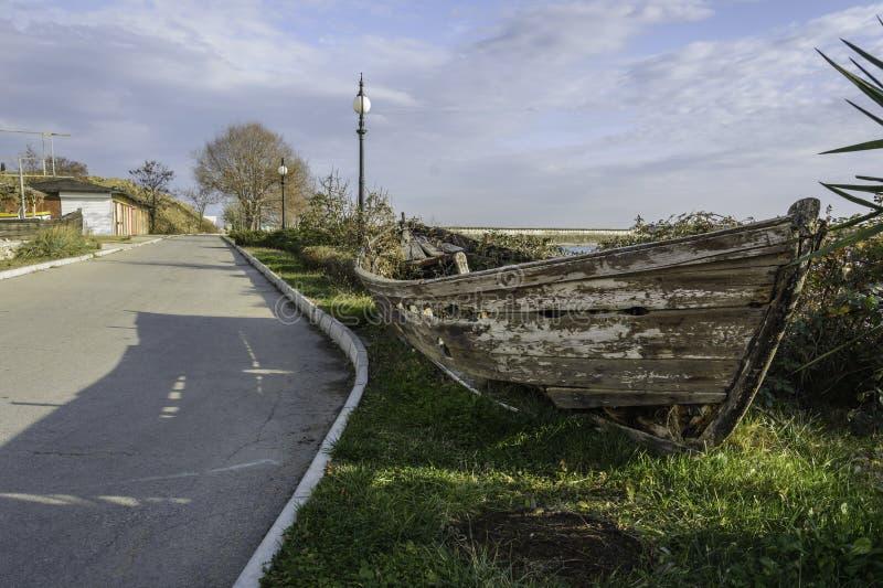 Demolisca la barca nel lato della strada fotografia stock libera da diritti