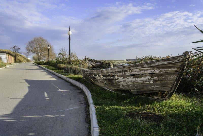 Demolisca la barca nel lato della strada fotografia stock