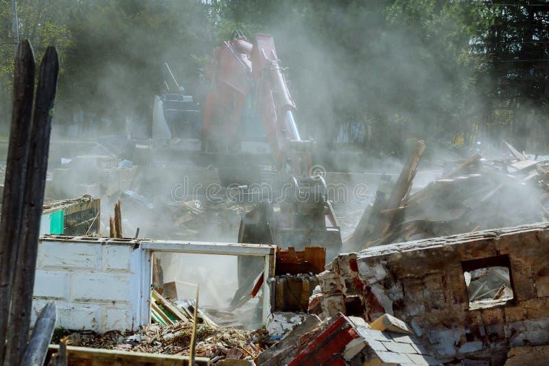 Demolisca la costruzione con i detriti in città, casa rotta sulla demolizione di rovina fotografie stock